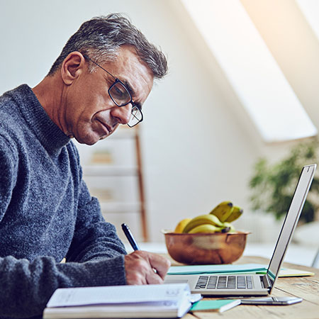 hombre mirando una computadora