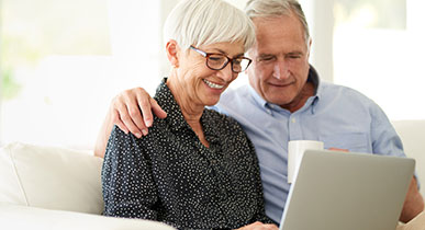 Imagen de una pareja pidiendo productos